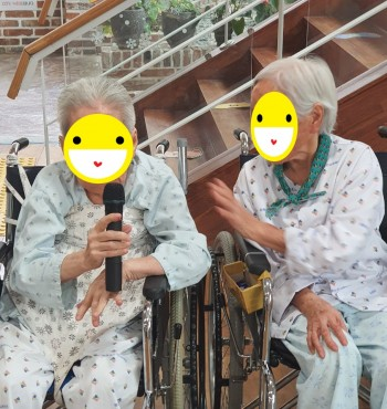 어르신들이 좋아하시는 노래방 활동이 오후에 있었습니다. ^^  서로의 노래를 들어주고 손뼉도 치시며 함께 즐기는 행복한 시간을 가졌습니다 (~^ _^)~