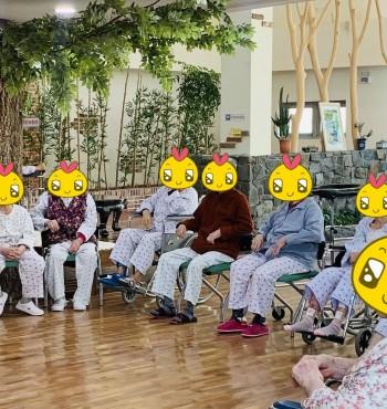 오늘은 어르신들께서 제일 좋아하는 노래방 프로그램을 하였습니다! 처음 온 어르신께서는