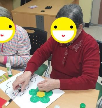 """오늘은 색종이 꽃 모자이크 활동을 하였습니다. 어르신들께서는 다양한 꽃 사진들을 보고 이야기를 하면서 즐거워하셨고 색종이를 작게 찢고 꽃 도안 위에 붙이면서 """"시간가는 줄 몰랐네""""라며  집중해서 활동에 참여하셨습니다.  ✿◕‿◕✿"""