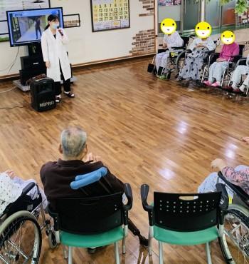 오늘은 어르신들께서 기다리고 기다리셨던 노래방 프로그램을 하였습니다. 많은 어르신들께서 찾아와주셨고,   아는 노래가 나오면 함께 박수를 치며 따라 부르기도 하였습니다.