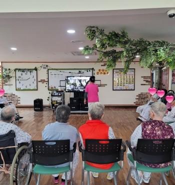 오늘은 간병팀장님이 같이 참여하셔서 신나는 노래를 불러주셨습니다. 어르신들께서 즐거워하셨고